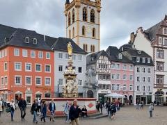 Der Petrusbrunnen auf dem Hauptmarkt in Trier