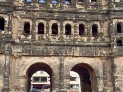 Vor der Porta Nigra, dem altrömischen Stadttor von Trier